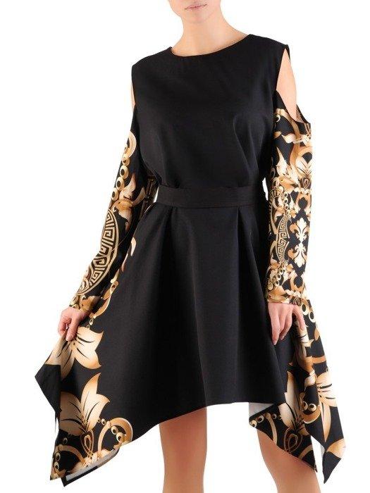 Asymetryczna sukienka z wycięciami na ramionach w modnym wzorze 23552