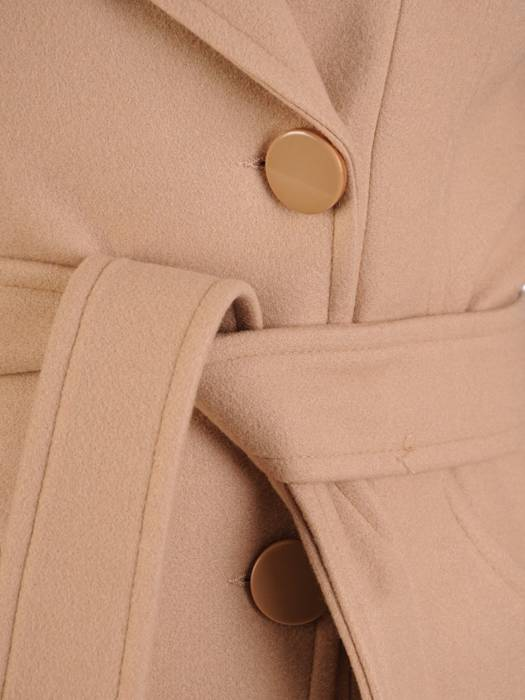 Beżowy płaszcz damski z wiązaniem w pasie 28771