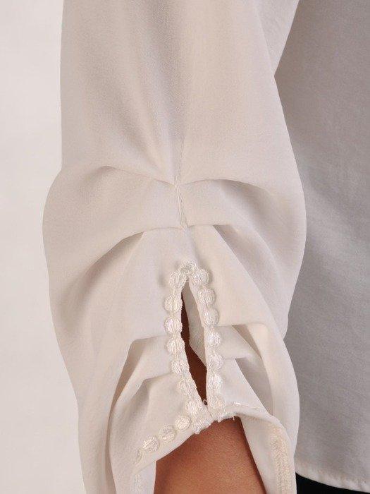 Biała bluzka z ozdobnym dekoltem 26112
