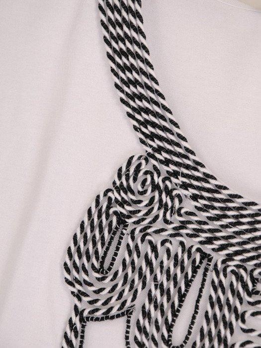 Bluzka z niebanalnym zdobieniem Rubi.