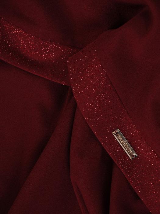 Bordowa sukienka z połyskującymi lamówkami, modna kreacja z narzutką 22126
