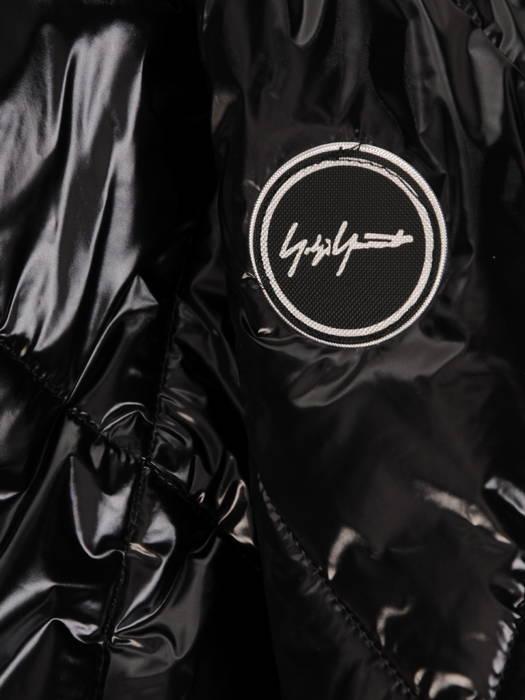 Czarna kurtka z pikowanej tkaniny z kapturem 30666