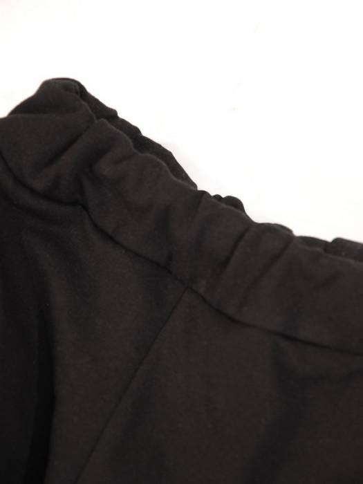 Czarny dres damski z połyskującymi wstawkami 29535