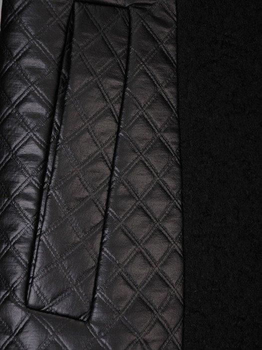Czarny płaszcz z pikowanymi wstawkami 18122.