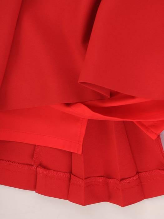 Czerwona, elegancka sukienka z wyszczuplającymi zaszewkami 30512
