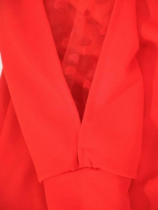 Czerwona sukienka z modnymi wstawkami na rękawach 29537