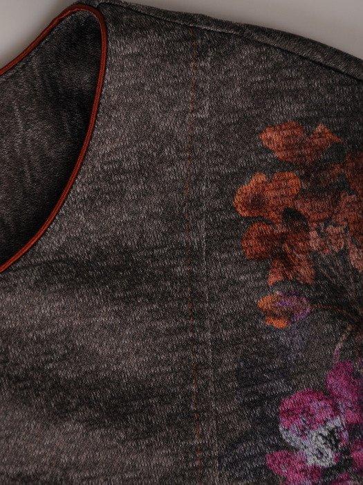 Dzianinowa sukienka z modnymi kieszeniami 18511, jesienna kreacja w kwiaty.