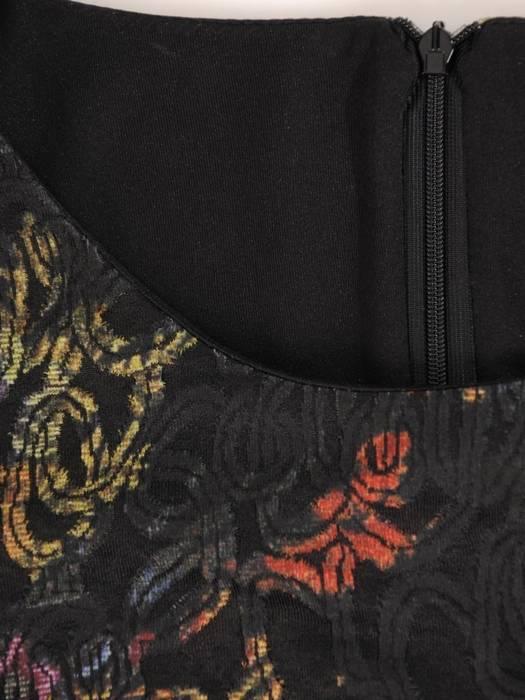 Elegancka dzianinowa sukienka z marszczonymi rękawami 27552