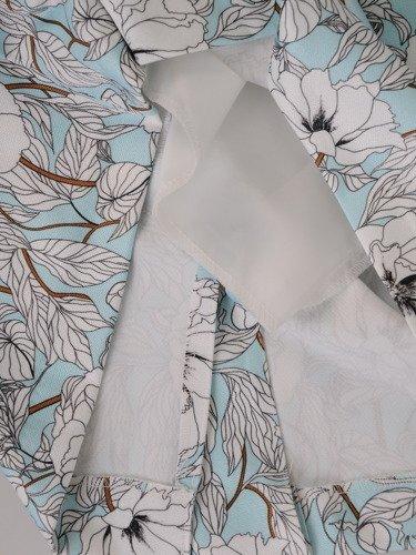 Elegancka sukienka kopertowa 15822, modna kreacja w jasne kwiaty.