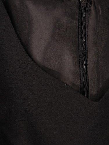 Elegancka sukienka z ażurowymi rękawami 14951, mała czarna z ozdobnym dekoltem.