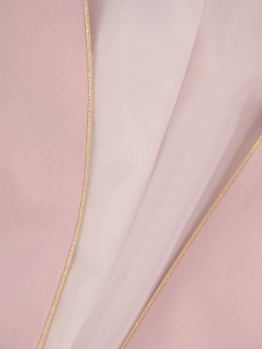 Elegancki pudrowy kostium ze złotym zdobieniem 27138