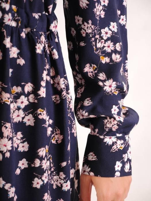 Granatowa sukienka w kwiaty z koszulową górą 30350
