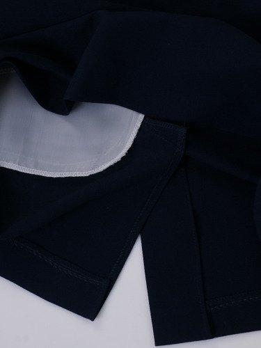 Granatowa sukienka z wzorzystym topem Loren, kreacja z modnym dekoltem.