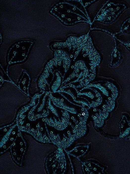 Koronkowa sukienka ozdobiona cekinami 18249, granatowa kreacja wieczorowa.