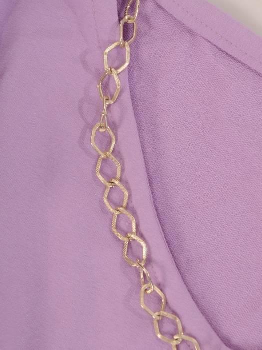 Liliowy komplet dresowy z ozdobnym łańcuszkiem 28705