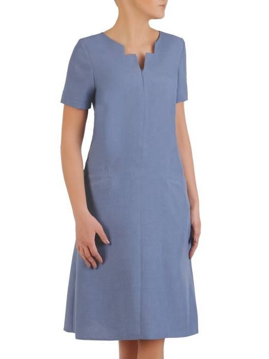 Lniana sukienka z ozdobnie wyciętym dekoltem 29021
