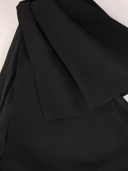 Mała czarna z ozdobną kokardą na ramieniu 30559