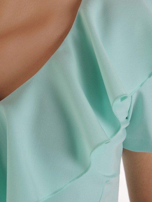 Miętowa sukienka z falbaną na dekolcie, prosta kreacja z tkaniny 20010.
