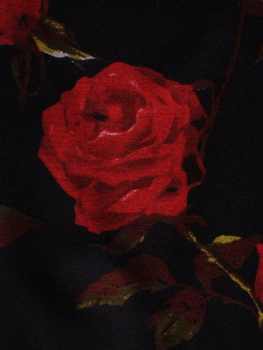 Modna sukienka w róże 17678, elegancka kreacja z kieszeniami.