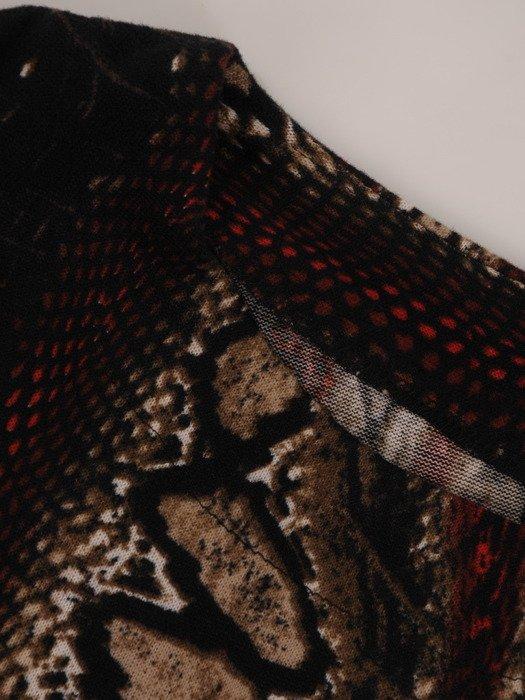 Modna sukienka z wzorzystej dzianiny 18070, wizytowa kreacja z paskiem.