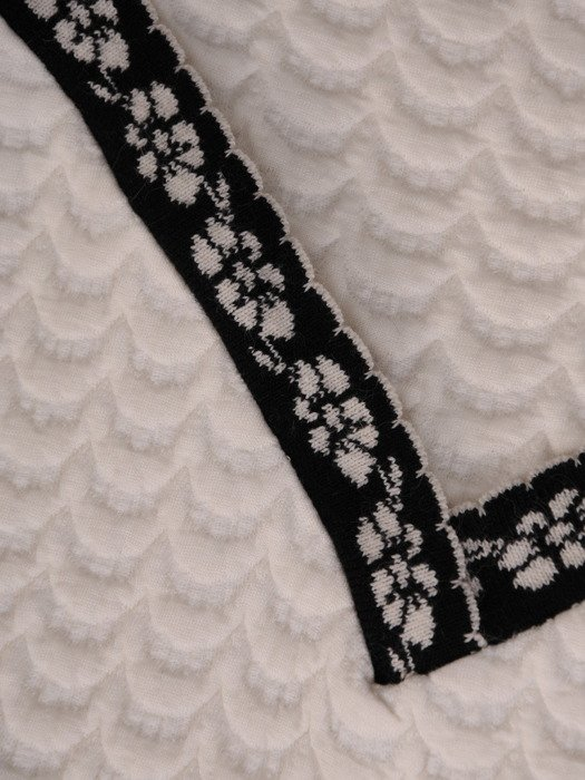 Nowoczesna sukienka z wycięciami na ramionach 18563, kreacja z wytłaczanej dzianiny.