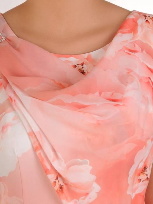 Pudrowa sukienka z ozdobną broszką i szyfonową szarfą 28191