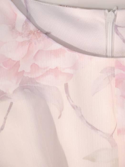 Rozkloszowana sukienka z szyfonu, kreacja z ozdobnym wiązaniem 30000