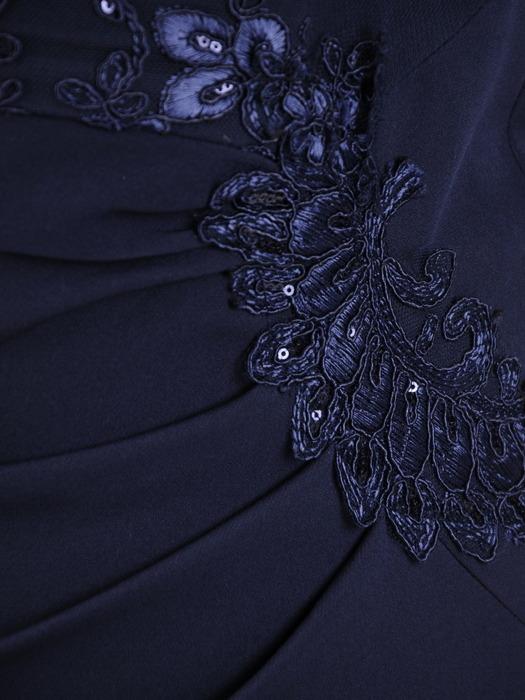 Sukienka damska 19166, granatowa kreacja z koronki i tkaniny.