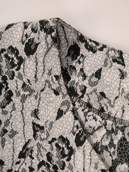 Sukienka damska Tori, jesienna kreacja z wzorzystej tkaniny.