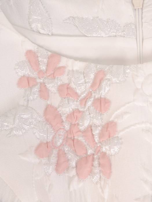 Sukienka damska, elegancka kreacja z wytłaczaną górą 28278