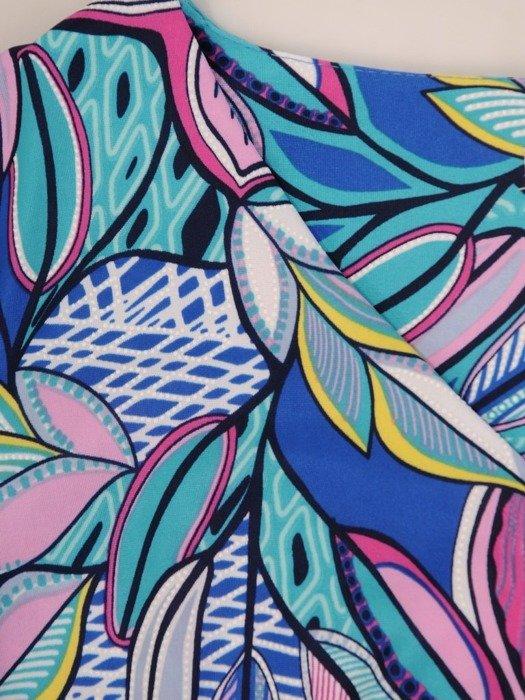 Sukienka w geometryczny wzór, prosty fason z dekoltem w serek 25958
