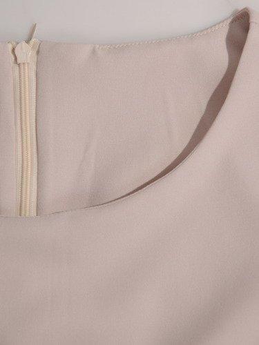 Sukienka w modne fałdy 16685, beżowa kreacja z paskiem.