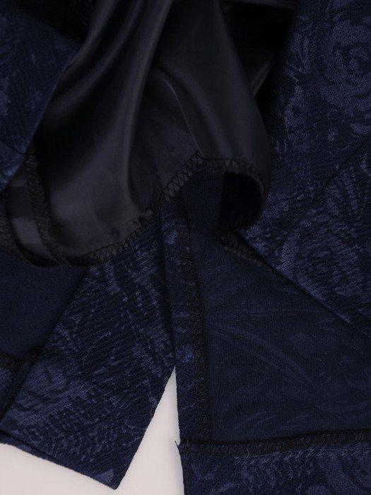 Sukienka z ozdobnym dekoltem Olika, kreacja z wzorzystej dzianiny.