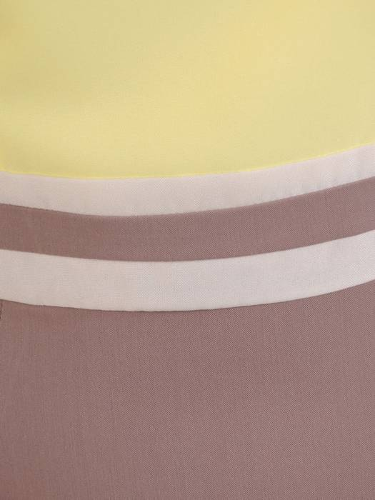 Sukienka z ozdobnymi lamówkami Emma I, wiosenna kreacja w pastelowych barwach