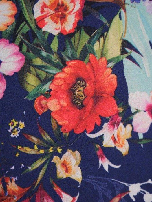 Sukienka z ozdobnymi wiązaniami, kreacja w kwiaty 25279
