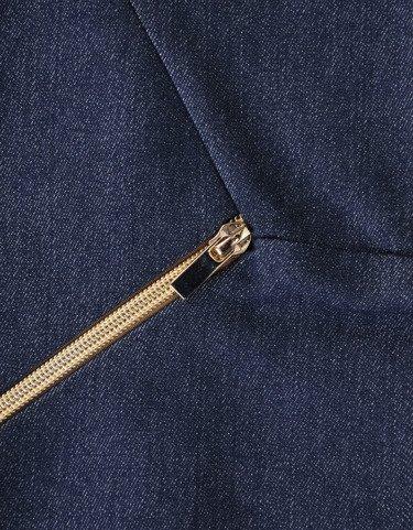 Sukienka z ozdobnymi zamkami Emilia X, piękna kreacja z dżinsu.