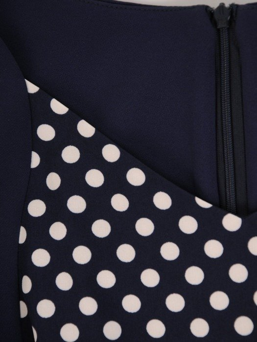 Sukienka z paskiem, modna kreacja w wyszczuplającym fasonie 25874