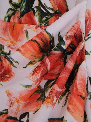 Sukienka z wyszczuplającymi zakładkami 16740, kopertowa kreacja w kwiaty.
