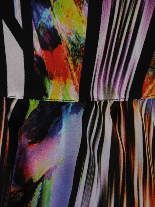 Szyfonowa sukienka z ozdobną falbaną, zwiewna kreacja w wielobarwny wzór 20360