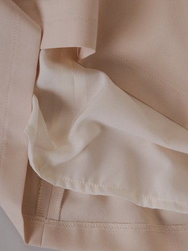 Trapezowa sukienka Madlen IV, kreacja z cekinową aplikacją.