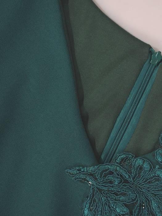 Zielona sukienka z ozdobnymi aplikacjami z koronki 28087